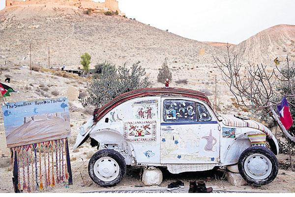 2.  Un antiguo automóvil Volkswagen Escarabajo, en Al Jaya (Jordania), es un hotel que puede alojar a dos personas.