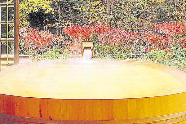 6.  Un detalle de la piscina de madera del hotel Nishiyama Onsen Keiunkan.