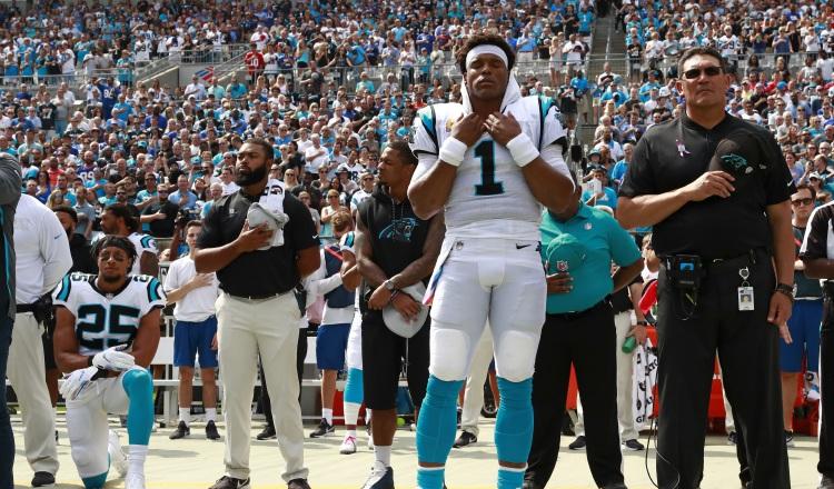Eric Reid protestó en el himno en su regreso a la NFL