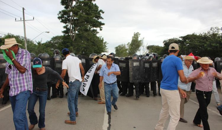 El cierre de calle se registró a la altura del puente sobre el río La Villa, lo cual impidió el paso de vehículos en la zona. /Foto Thays Domínguez