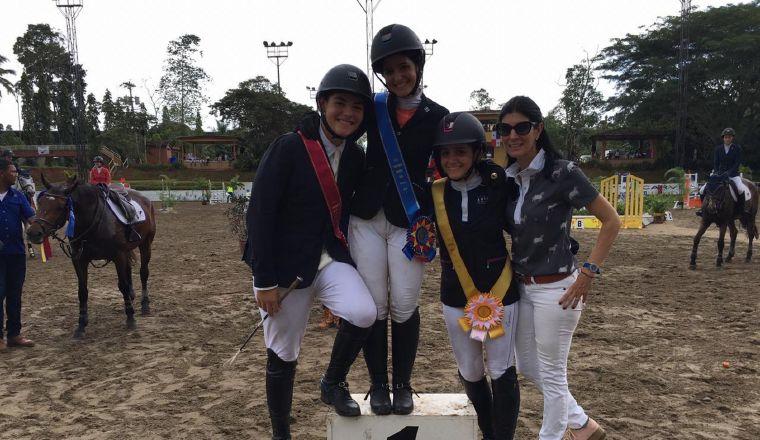 Anamae Orillac con atletas durante el nacional de equitación. /Foto Cortesía