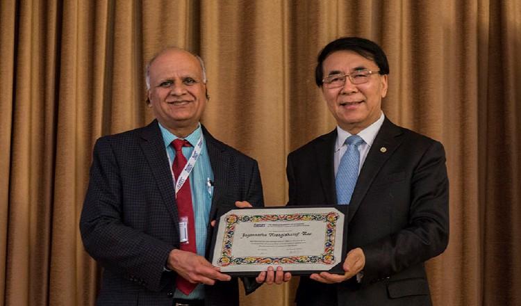 Dr. Jagannatha Rao recibiendo certificado de membresía. /Foto Cortesía