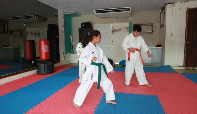 Jóvenes hacen kata durante una practica en la escuela de Frías.