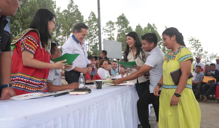 Presidente entrega becas en la comarca.