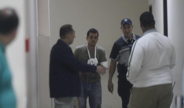 El imputado acudió al Sistema Penal Acusatorio con una venda en el brazo. Foto Edward Santos