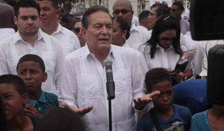 El presidente Laurentino Cortizo atendió a los medios de comunicación durante los actos el 2 de noviembre, día de los difuntos. Foto Víctor Arosemena