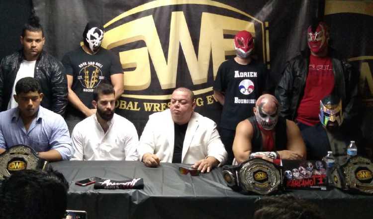 Savinovich junto a miembros de la GWE. Cortesía