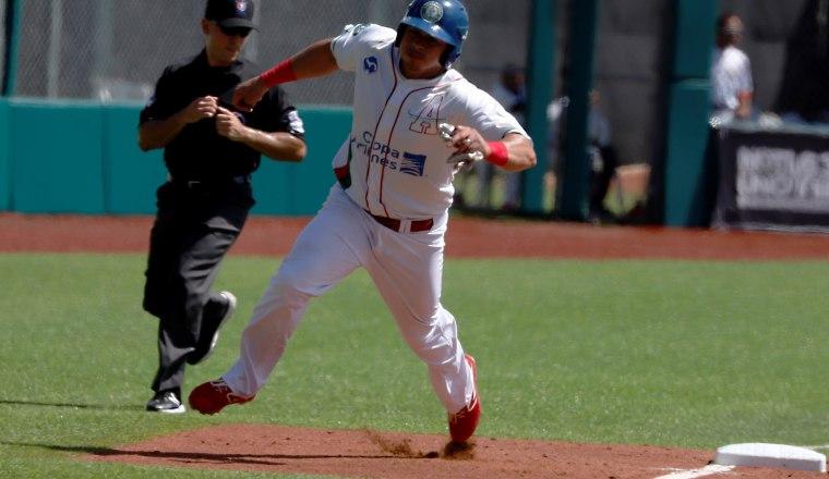 Xavier Quiroz pasa por la tercera base y anota para Astronautas. EFE