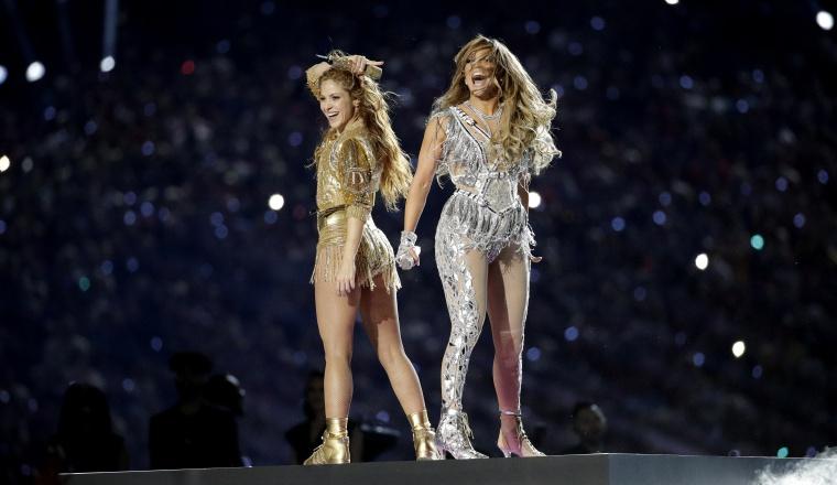 2  . Shakira y Jennifer López se destacaron en el espectáculo de medio tiempo.