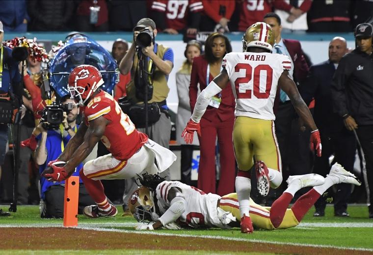 6.  Damien Williams corre para anotar un  touchdown  contra  los 49ers.