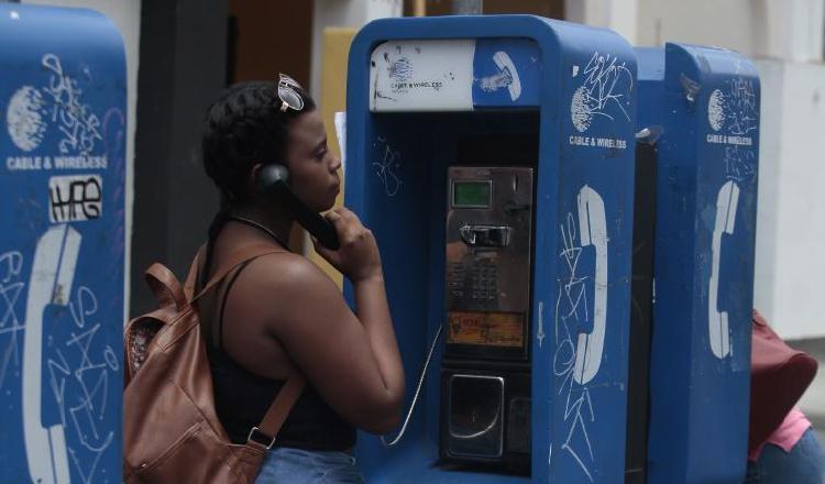 Teléfonos fijos y públicos desaparecen lentamente