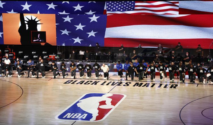 Jugadores de los Bucks y los Magic de Orlando protestan. Foto:EFE