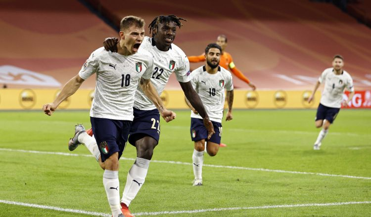 Nicolo Barella (izq.) festeja con Moise Kean su gol ante los holandeses. Foto:EFE