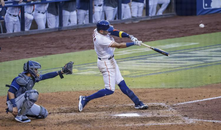 Carlos Correa pega jonrón y los Astros dejan en el terreno de juego a Tampa Bay