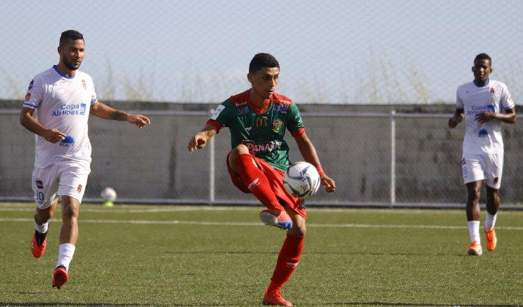 Richard Rodríguez de Sporting (izq.) intenta marcar a un jugador de Chiriquí. Foto:@LPF