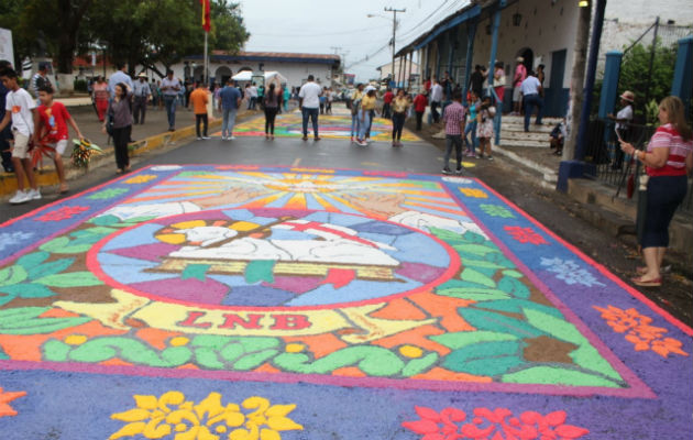 Coloridas Alfombras Adornan El Corpus Christi En La Región De Azuero