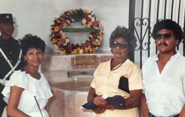 Madre y hermanos de Martiza Alabarca la recuerdan en su tumba.