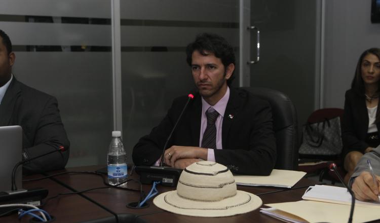 Diputado Raúl Pineda reclama a jefe de turismo por proyecto para pasajeros en tránsito