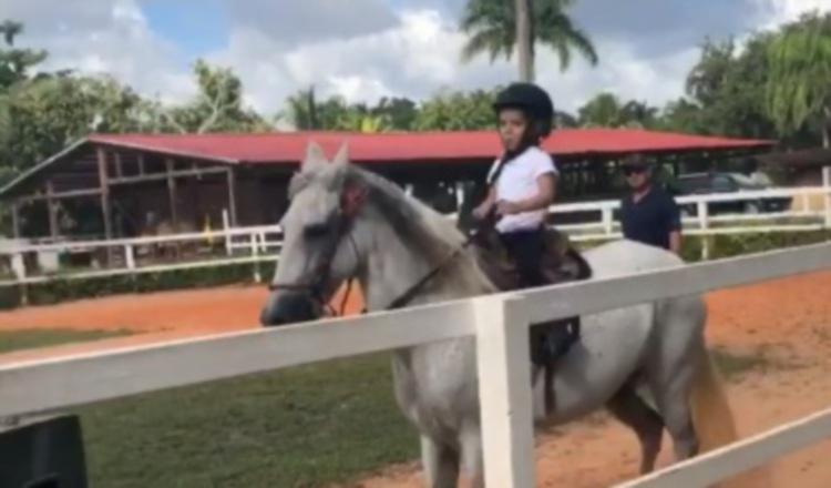 Con solo 4 años, Alaïa demostró soltura mientras cabalgaba, ¡parece que lo ha hecho toda su vida! Al menos así se puede ver en los videos.