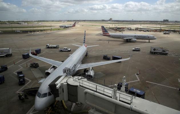 Aviones de American Airlines en el aeropuerto internacional de Dallas-Fort Worth en Grapevine, Texas. Foto: AP.