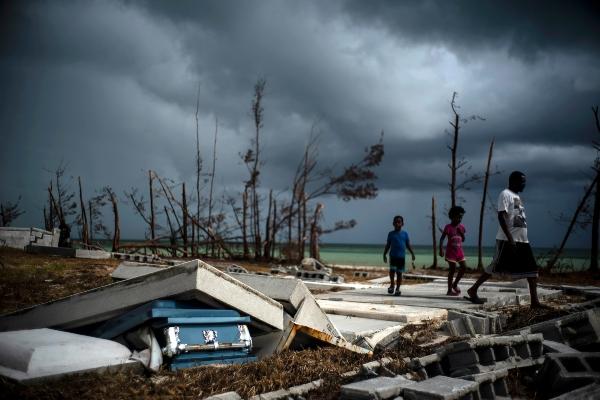 Se prevé que Humberto pase al norte de las Bermudas, pero una ligera variación en su trayectoria podría causar un impacto directo sobre la isla. FOTO/AP