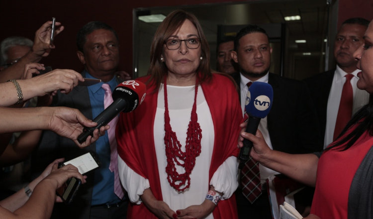 Balbina Herrera hace 'show' en juicio a Ricardo Martinelli