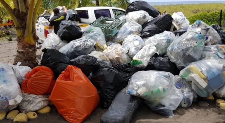 Recogen más de 500 libras de basura en la Playa La Barqueta