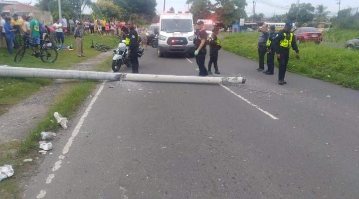 Taxista ebrio choca con un poste lo tira en la vía, tres personas resultan heridas y se fuga