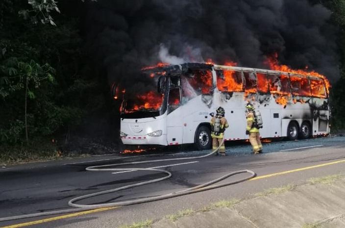 Se incendió bus de Santiago-Panamá en Loma Campana