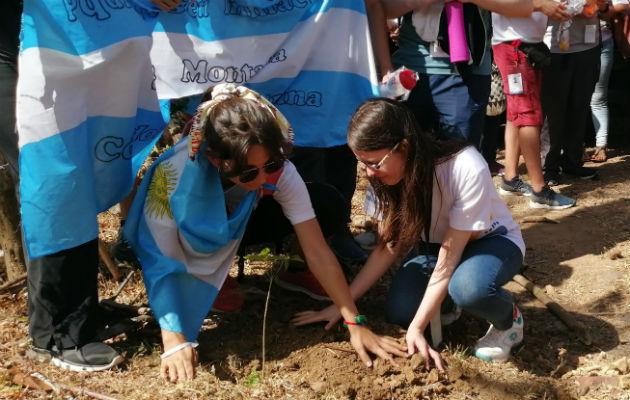 Peregrinos participan en jornada de reforestación en las faldas del cerro Chame