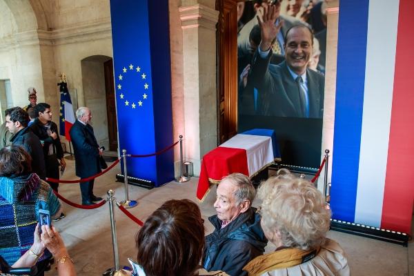 Largas filas para rendirle homenaje al expresidente Jacques Chirac en París