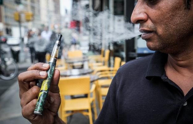 Según datos del Departamento de Salud, el 40% de los estudiantes de último año de escuela superior y el 27% de los estudiantes de escuela superior en este estado están usando cigarrillos electrónicos. FOTO/AP