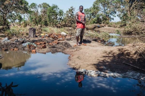 El agricultor Dino Manuel Lambrozi posa entre los restos de su casa en Nhamatanda (Zimbabue) el pasado 24 de marzo. Lambrozi se llevó a sus dos hijos, a su mujer y a su suegra a lugar seguro. FOTO/EFE