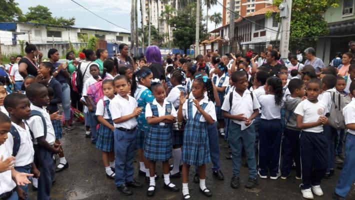 Comunidad educativa de la Escuela República del Paraguay salen a protestar por agua servidas