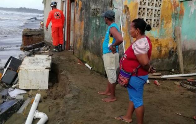 Casas afectadas en costa de Colón por fuerte oleaje, evacuaron cinco viviendas