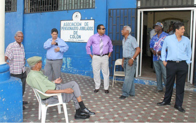 Jubilados de Colón piden aumento al presidente Varela