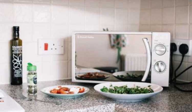 ¡Ojo cuando calientas la comida en el microondas! Usa el envase apropiado