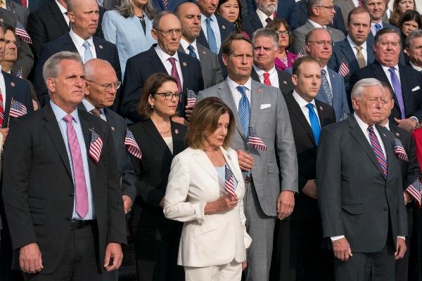 Los congresistas estadounidenses también guardan un minuto de silencio por las víctimas de los ataques del 11 de septiembre de 2001. FOTO/AP