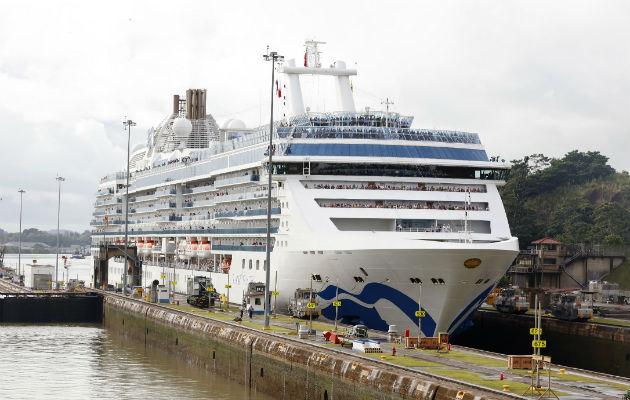 El tránsito del Island Princess es el primero de los 258 cruceros que se espera para esta temporada 2019-2020 por el Canal de Panamá. Foto/Canal de Panamá