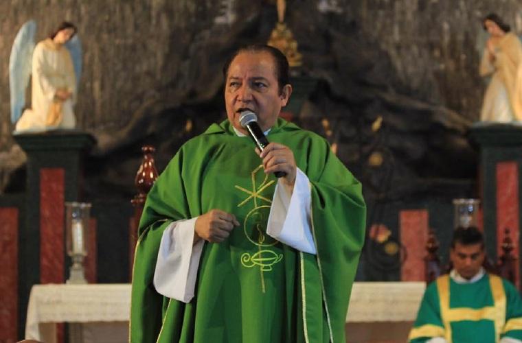 Padre David Cosca retorna a Panamá y asegura que será reintegrado en agosto