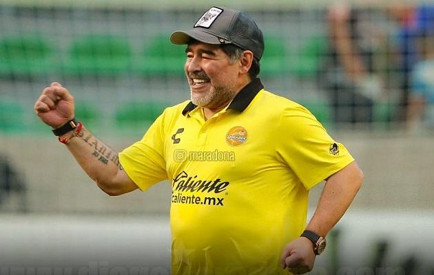 Diego Maradona renueva contrato con los Dorados