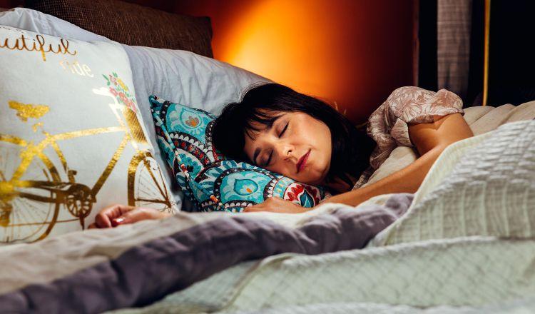 La mayoría de adultos considera que no duerme lo suficiente al día. Foto: Web