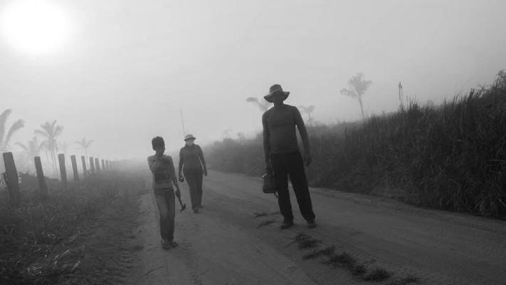 Una familia afectada por el humo producido por los incendios en la selva amazónica. Foto: EFE
