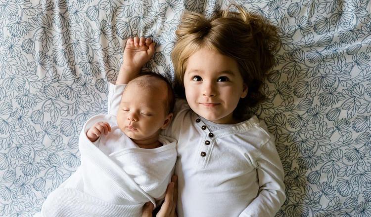 La forma en que reaccionan los niños ante el nacimiento de un hermano va a depender de la edad.