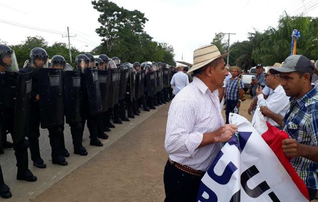 Productores y antimotines se enfrentan en el puente sobre el río La Villa