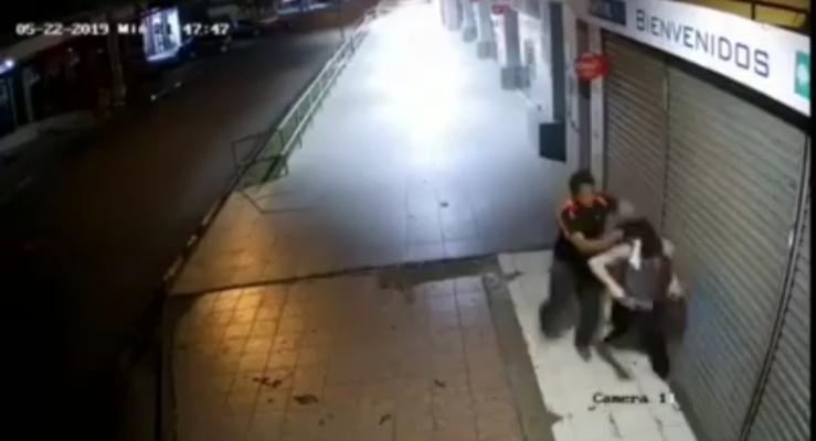 Le entran a golpes a un joven para robarle el celular en un área comercial de David
