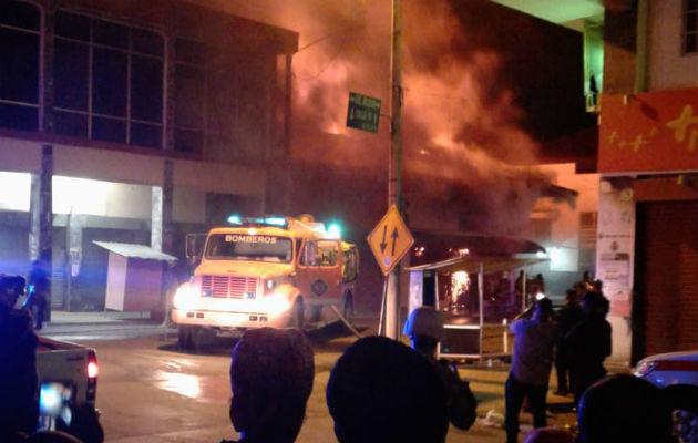 El fuego afectó un minisúper. Foto: Diómedes Sánchez.