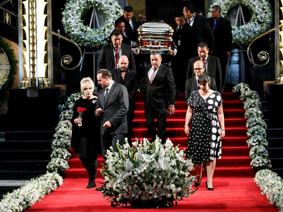 Exesposa de José José causa polémica por su protagonismo en el homenaje del cantante