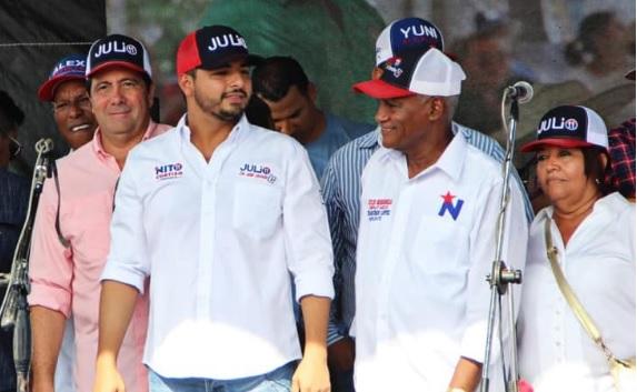 El expresidente Martín Torrijos (izq.) apoyó a Julio Mendoza (centro) en la campaña electoral.