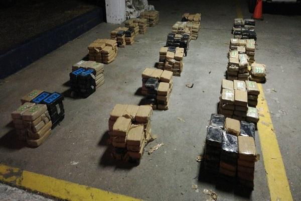 Incautan 484 paquetes de presunta droga en playa La Ermita